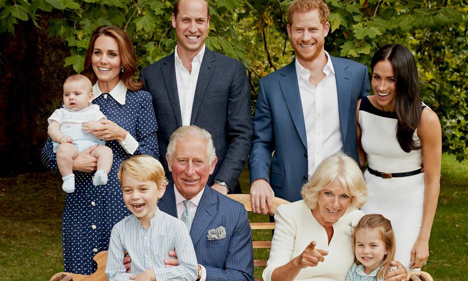 ROJALE SMIL: Nå kommer det frem nye opplysninger om det mye diskuterte bildet av den britiske kongefamilien. Bildet ble publisert i anledning prins Charles' 70-årsfeiring tidligere i november. Foto: NTB Scanpix