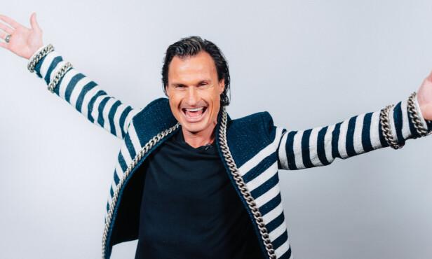 <strong>GLADLAKS:</strong> Petter Stordalen er kjent for mye energi og godt humør, og under kveldens «Senkveld med Helene og Stian» var han ikke redd for å si hva han mener om hotellbråket. Foto: TV 2