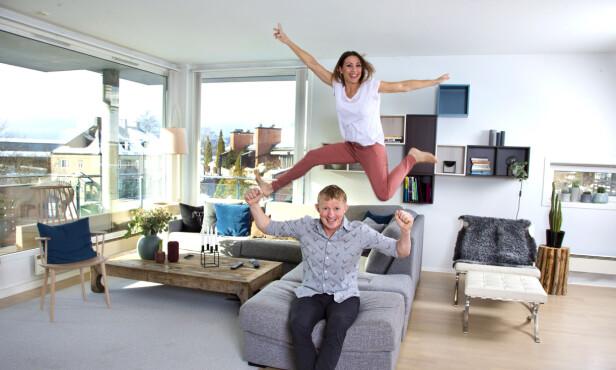 LEKEN: Det er ikke bare barna som hopper i sofaen hjemme hos Mette og Pål Anders. - Ingen av oss er spesielt glade i å sitte stille. Foto: Tor Kvello/ Se og Hør