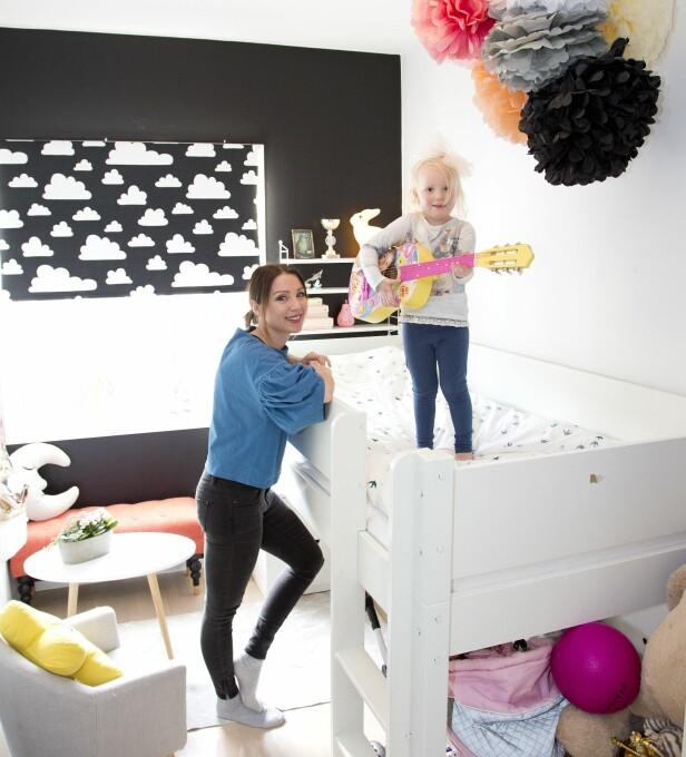 FULL MUSIKK: På barnerommet er det Alva som er sjefen. I høst har hun begynt på skolen. Foto: Tor Kvello/ Se og Hør