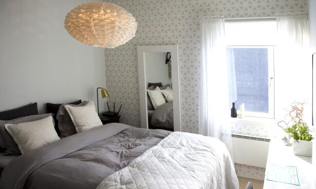 ROMANTISK DRØM: Soverommet er holdt i duse og moderne farger med florlette gardiner og tykt sengeteppe. Foto: Tor Kvell/ Se og Hør