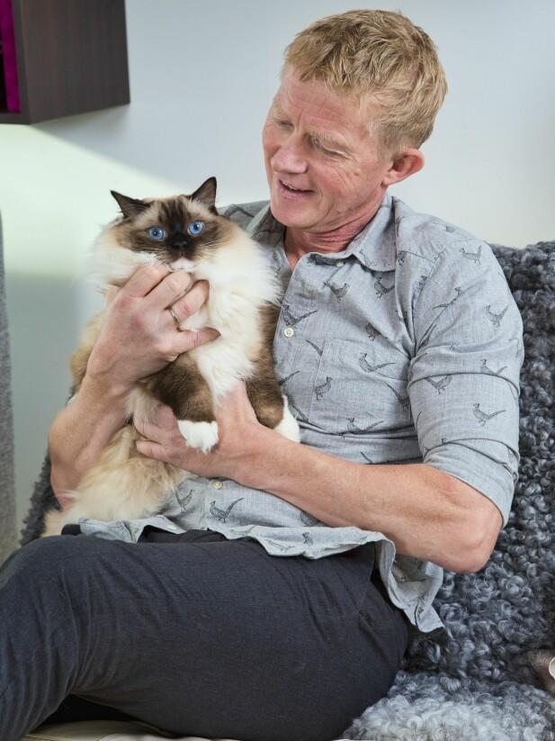 KATTEPUS: Pål Anders koser med familiens katt Molly. Foto: Tor Kvello/ Se og Hør