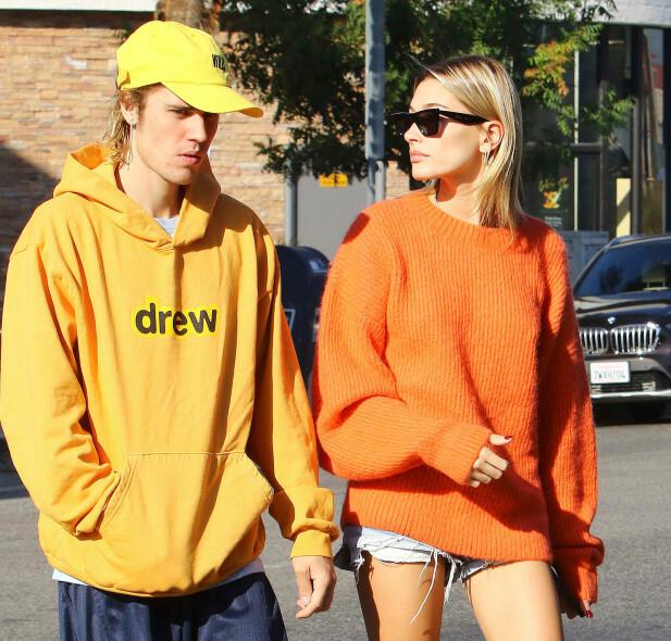 <strong>I EGET DESIGN:</strong> Her er Justin Bieber og kona Hailey avbildet i Los Angeles i fjor. Legg merke til stjernens genser, som er fra hans egen kolleksjon. Foto: NTB Scanpix