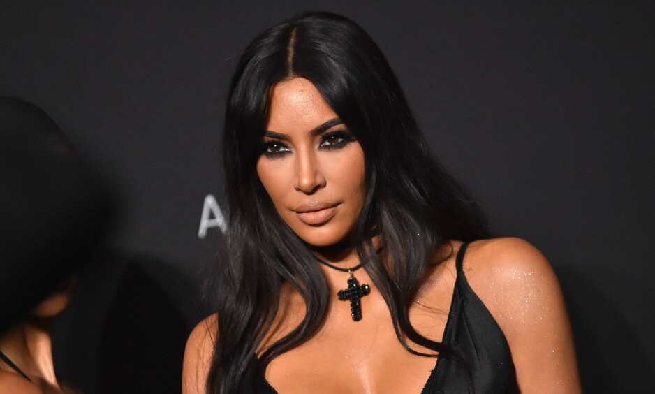 LETTER PÅ SLØRET: I den nyeste episoden av «Keeping up with the Kardashians» avslører Kim Kardashian West nye detaljer rundt videoen som gjorde henne berømt. Foto: NTB Scanpix