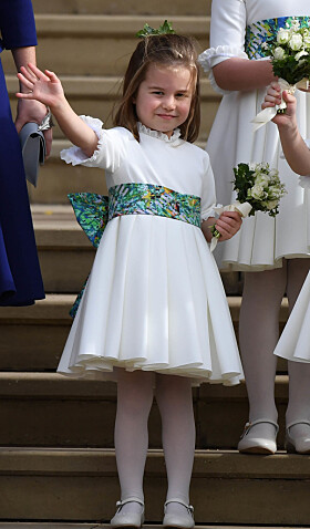 <strong>SJARMTROLL:</strong> Prinsesse Charlotte sjarmerte i bryllupet til prinsesse Eugenie og Jack Brooksbank i oktober. Foto: NTB Scanpix