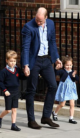 <strong>FIKK LILLEBROR:</strong> Mens prins George var noe skeptisk vinket prinsesse Charlotte som vanlig ivrig til fotografene. Her på vei inn for å hilse på sin ferske lillebror i april. Foto: NTB scanpix