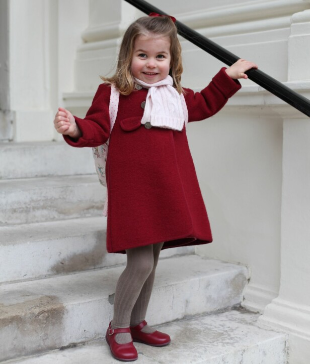 <strong>PRINSESSE CHARLOTTE:</strong> Den lille prinsessen avbildet i forbindelse med sin første dag på førskolen i vinter. Det er mamma hertuginne Kate som har tatt bildet. Foto: REX/Shutterstock/ NTB scanpix