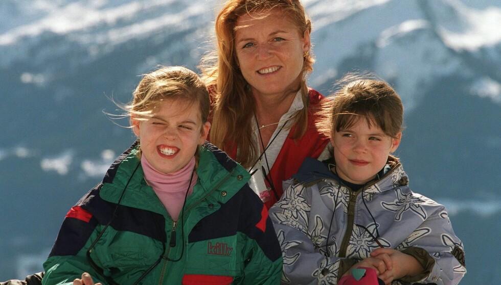 <strong>PRINSESSER:</strong> Sarah har døtrene Beatrice og Eugenie sammen med prins Andrew. Her sammen med barna i 1998. Foto: NTB Scanpix
