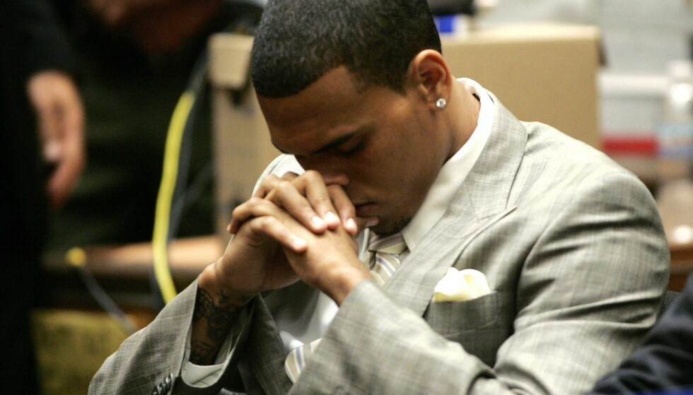DØMT FOR VOLD: Chris Brown ble dømt til samfunnstjeneste etter angrepet på Rihanna. I tillegg fikk han fem års prøvetid og besøksforbud. Her avbildet i rettssalen i 2009. Foto: NTB Scanpix