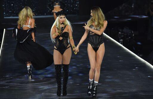 STJERNE: Rita Ora var blant artistene som bidro under det berømte Victoria's Secret-showet i starten av november. Her hånd i hånd med modell Behati Prinsloo (t.h.). Foto: NTB scanpix