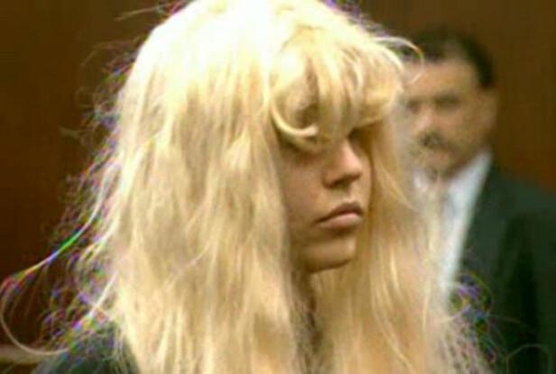 <strong>I RETTEN:</strong> 32-åringen har møtt i retten flere ganger, ofte ikledd parykk og store solbriller. Her er hun i mai 2013, tiltalt for besittelse av marihuana. Foto: REUTERS/Reuters-TV, NTB Scanpix