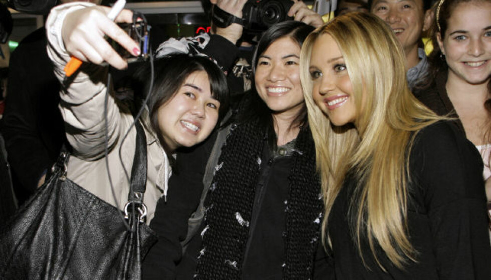 <strong>POPULÆR:</strong> Med sine mange filmer og serier ble Amanda Bynes svært populær, før hun la opp i 2010. Her tar hun bilder sammen med fans i 2008. Foto: NTB Scanpix