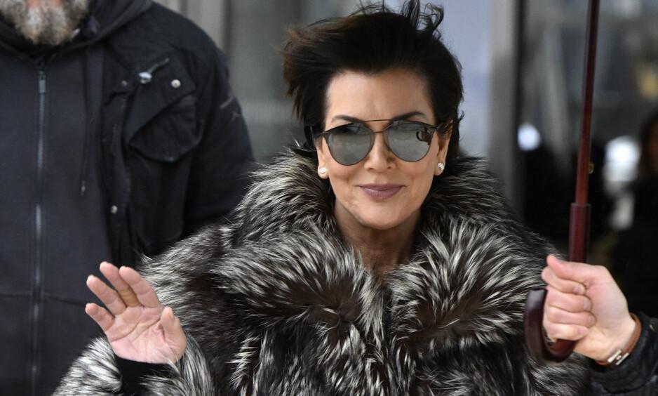 SOLBRILLER: Kris Jenner er ofte å se i mørke solbriller. Nå er det avslørt hvorfor. Foto: NTB Scanpix