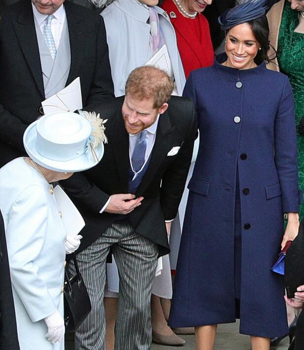 SKJULTE MAGEN: I bryllupet til prinsesse Eugenie og Jack Brooksbank skjulte Meghan den da hemmelige gravidmagen under en marineblå kåpe. Bildet er tatt kort tid før de avslørte den glade nyheten. Foto: NTB scanpix