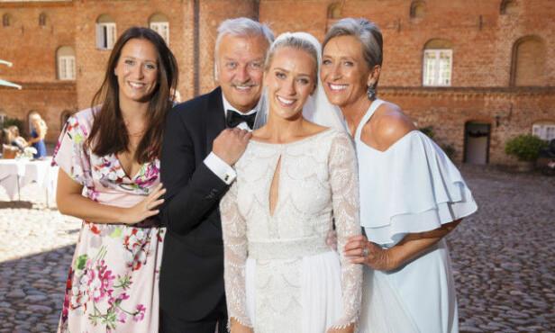 FAMILIELYKKE: I sommer giftet Katarina Flatland seg med legen Harald Dobloug (28). Her er hun med søsteren Bettina (t.v), faren Hallvard og moren Anne-Lise. Foto: Espen Solli / Se og Hør