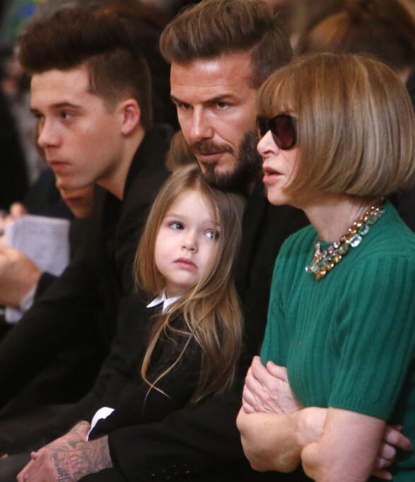 FOR FIRE ÅR SIDEN: Harper og resten av Beckham-familien har sittet på første rad sammen med Anna Wintour tidligere - som her på moteuken i New York i februar 2015. Den gang hadde Harper derimot langt hår. Foto: AP/ NTB scanpix