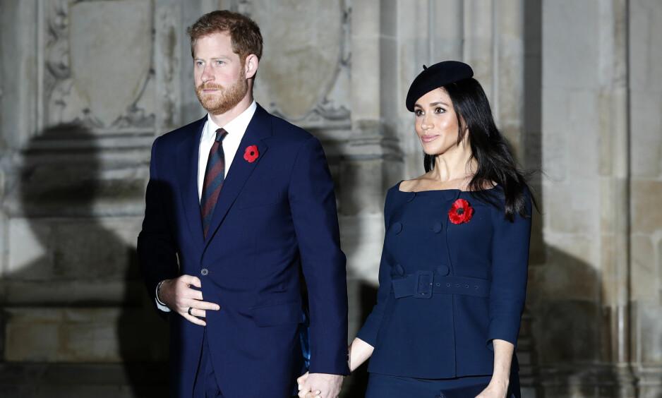 <strong>VOKSER RASKT:</strong> Det var trangt under kåpa da hertuginne Meghan og prins Harry nylig ankom Westminster Abbey i forbindelse med 100-årsmarkering av den andre verdenskrigen. Foto: NTB scanpix