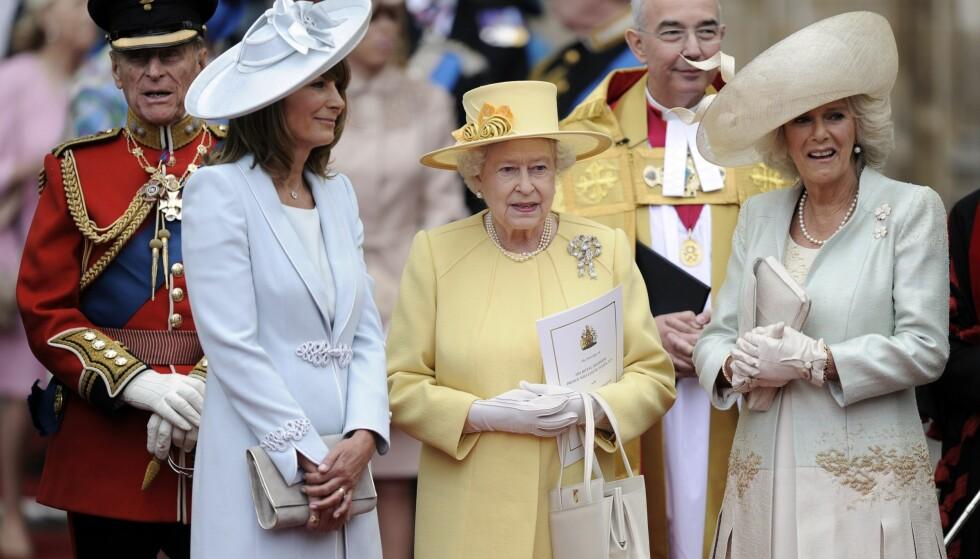 STJERNESTATUS: Det har vært skrevet mye om Carole Middleton (t.v) opp gjennom årene. Her er hun fotografert i bryllupet til prins William og hertuginne Kate i 2011, sammen med dronning Elizabeth II og hertuginne Camilla. Foto: AP Photo/Martin Meissner, NTB scanpix