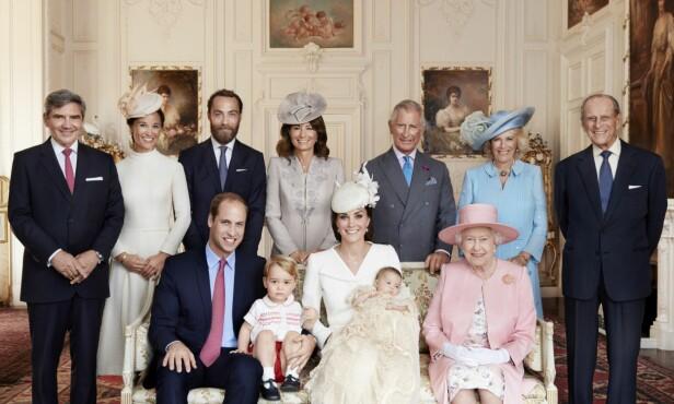 - FAMILIEARRANGEMENTER: Store deler av den britiske kongefamilien, her fotografert i 2015, poserer i forbindelse med prinsesse Charlottes dåp. Carole står i midten på bildet, mellom prins Charles og James Middleton. Foto: NTB scanpix