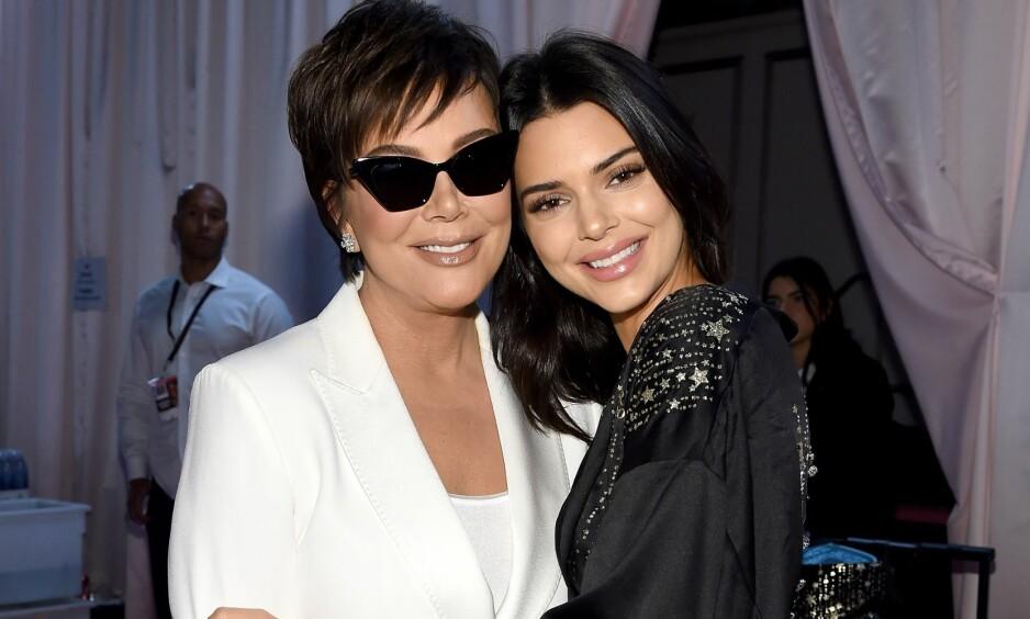 STJAL SHOWET: Kris Jenner poserte stolt sammen med datteren Kendall etter Victoria's Secret-visningen tidlig i november. Under showet, som Kendall gikk i, var det imidlertid Kris som stjal oppmerksomheten. Foto: NTB scanpix