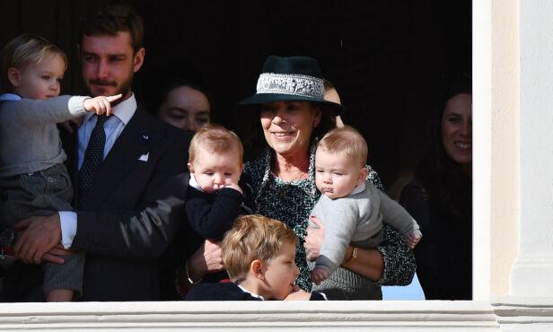 MED BARNEBARN I ARMENE: Prinsesse Caroline med barnebarna Francesco og Maximillian i armene. Foto: NTB Scanpix