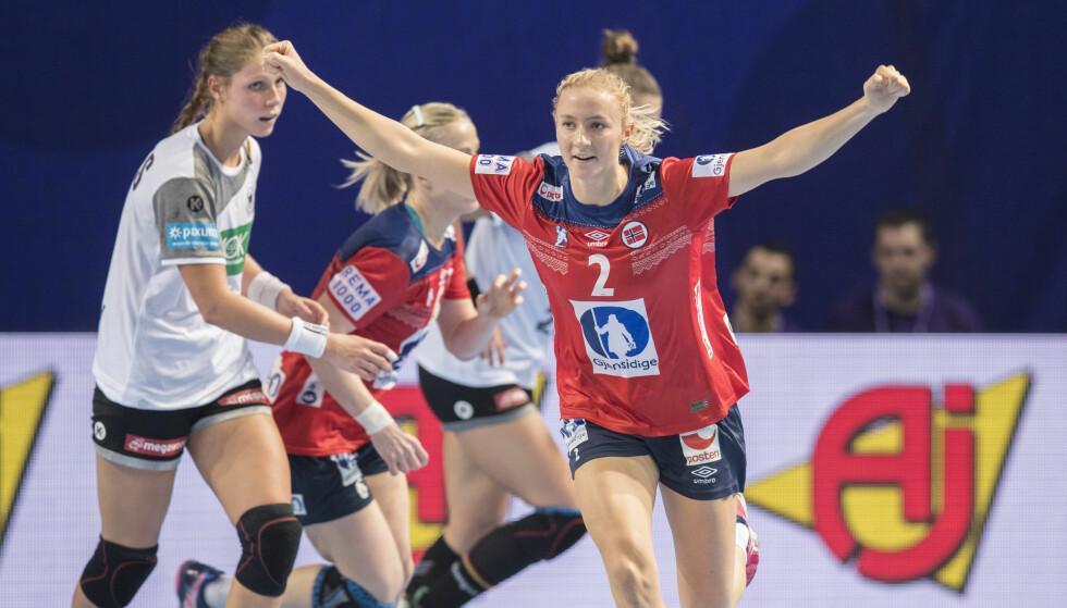 HÅNDBALLTALENT: Henny Ella Reistad jubler under kampen mellom Norge og Tyskland der hun scoret to mål for landslaget lørdag. Foto: Vidar Ruud / NTB scanpix