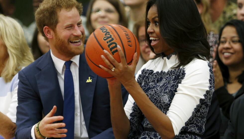 <strong>GODT FORHOLD:</strong> Mye later til at Michelle Obama kommer godt overens med den britiske kongefamilien. Her med prins Harry i 2015. Nå gir hun også råd til kona hans. Foto: NTB Scanpix