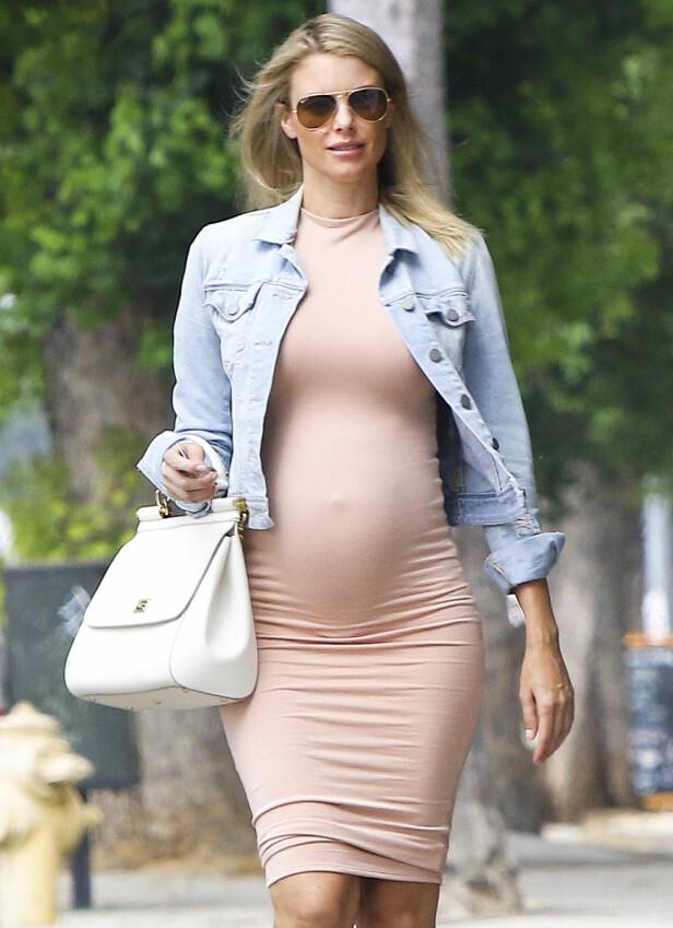 VISTE BABYMAGEN: Paige Butcher fotografert i Los Angeles i august. Foto: Splash News/ NTB scanpix