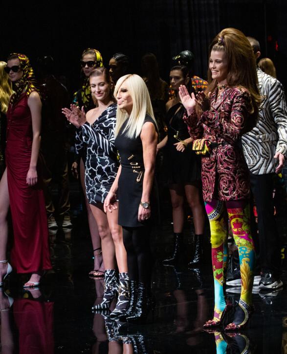 FERDIG: Hailey poserte ved siden av Donatella Versace etter visningen sammen med de andre modellene. Foto: NTB scanpix