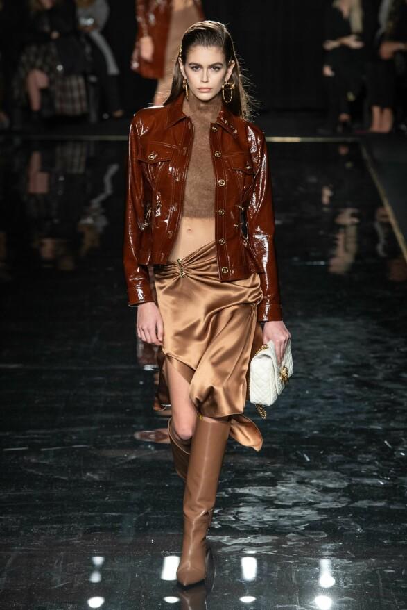 BRUNTONER: Kaia Gerber gikk også for Versace i helgen. Foto: NTB scanpix