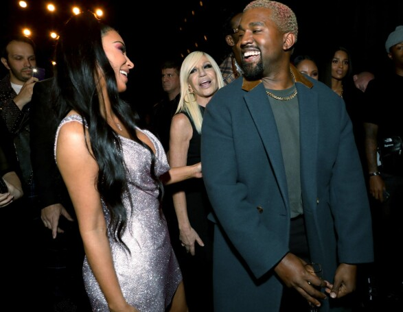 STJERNEDRYSS: Kim og Kanye var selvsagt på plass da Donatella Versace (i bakgrunnen) viste frem sine nyeste design. Foto: NTB scanpix