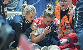 ALVORLIG SKADE: Det var et ubehagelig syn da Amanda Kurtovic skadet seg. Her fikk hun omsorg av kaptein og venninne Stine Bredal Oftedal. Foto: NTB scanpix
