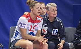 UTE: Thea fikk bare noen minutter på banen i mesterskapet. Her med fysioterapeut Janne Oppheim Søllesvik. Foto: NTB scanpix