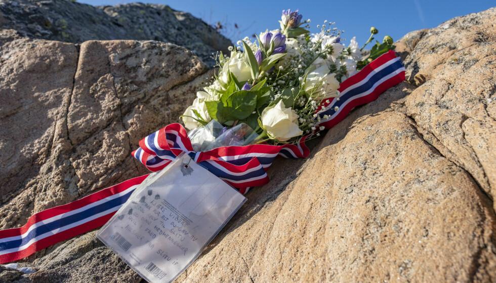 TRAGISK: Det ble satt ut blomster på øya St. Helena utenfor Arendal der den tidligere skiløperen døde i en vannscooterulykke. Foto: Tor Erik Schrøder / NTB scanpix