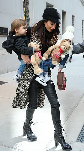 FULL KONTROLL: Amal så ut til å stresse fint lite, selv med to små barn på armen. Foto: NTB Scanpix