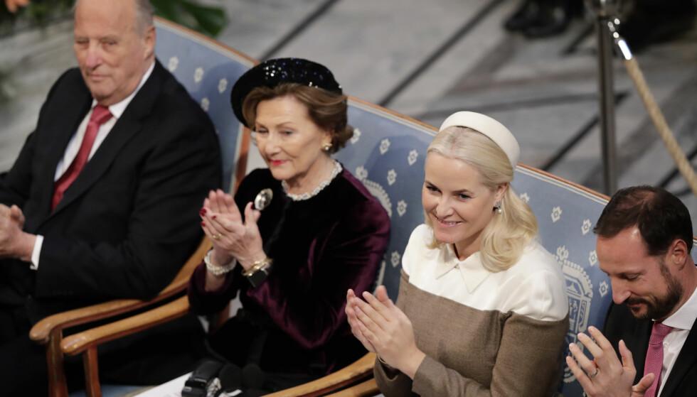DUKKET OPP: Kronprinsesse Mette-Marit er på plass sammen med kronprins Haakon, dronning Sonja og kong Harald. Foto: NTB Scanpix
