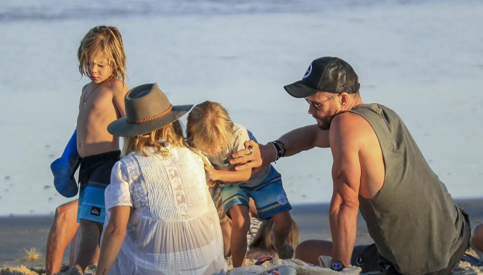 <strong>FAMILIEMANN:</strong> Chris og kona Elsa er stolte foreldre til tre barn. Her nyter familien en dag på stranden. Foto: NTB Scanpix