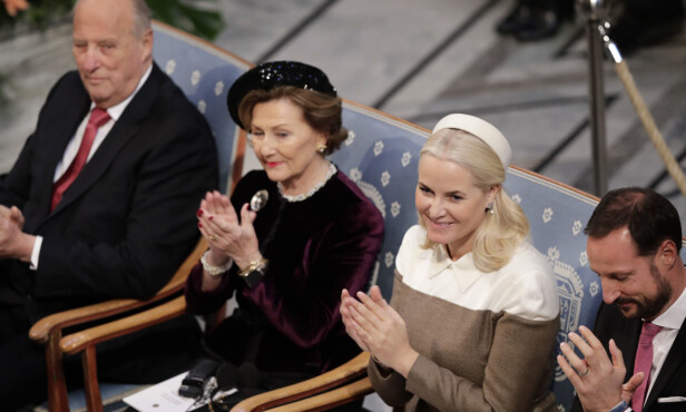 DUKKET OPP: Kronprinsesse Mette-Marit var på plass under seremionien sammen med kronprins Haakon, dronning Sonja og kong Harald. Foto: NTB Scanpix