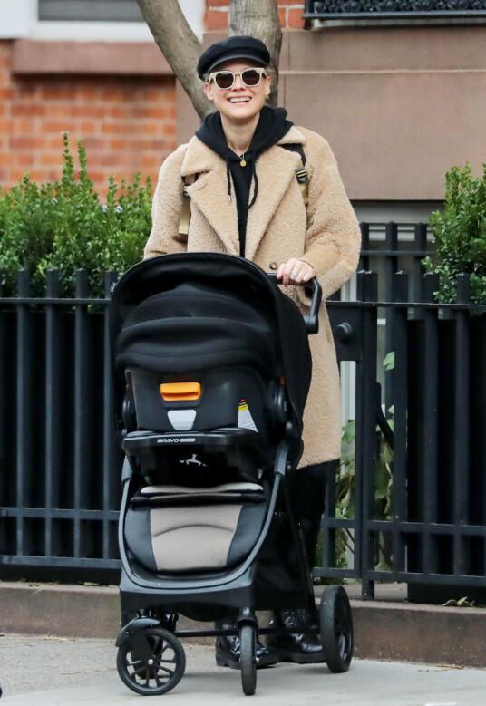 <strong>PÅ TRILLETUR:</strong> Diane Kruger har ikke bare deltatt på ekstravagante arrangementer etter fødselen. Her avbildet ute i New York med barnevogn lørdag 1. desember. Foto: NTB scanpix
