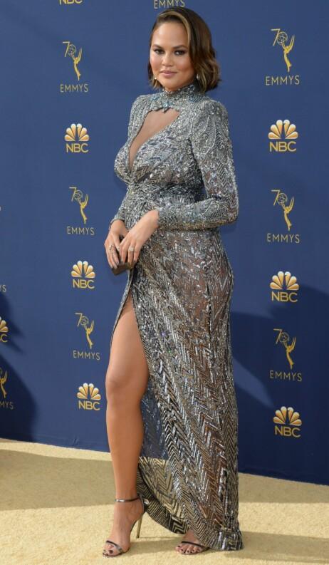 <strong>PÅ RØD LØPER:</strong> Chrissy Teigen var flott i denne designerkjolen på Emmy Awards-løperen. Foto: NTB scanpix