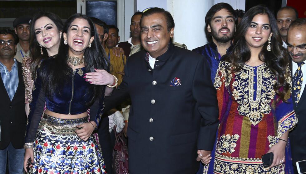 <strong>GODE VENNER:</strong> Mukesh Ambani og datteren Isha Ambani (til høyre) har et nært forhold. Her er far og datter avbildet i bryllupet til Nick Jonas og Priyanka Chopra. Foto: NTB Scanpix