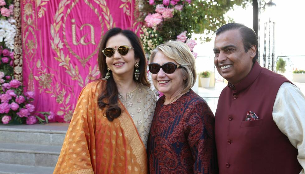 <strong>BRYLLUPSGJEST:</strong> Hillary Clinton er i India for å overvære det storslåtte bryllupet. Her med brudens foreldre, Nita og Mukesh Ambani. Foto: NTB Scanpix