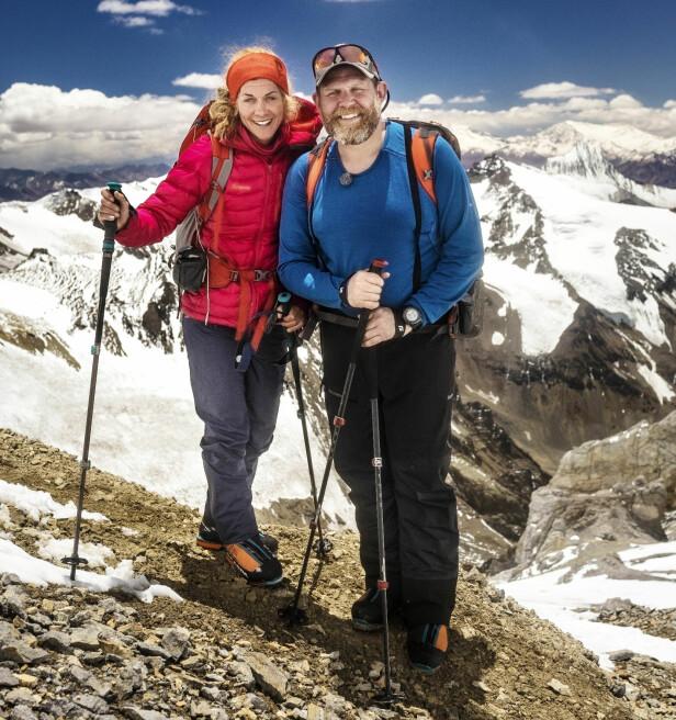 PÅ VEI TIL TOPPS: Cecilie Skog og Truls Svendsen på vei opp det 6962 meter høye fjellet Aconcagua i Argentina. Foto: Gyldendal