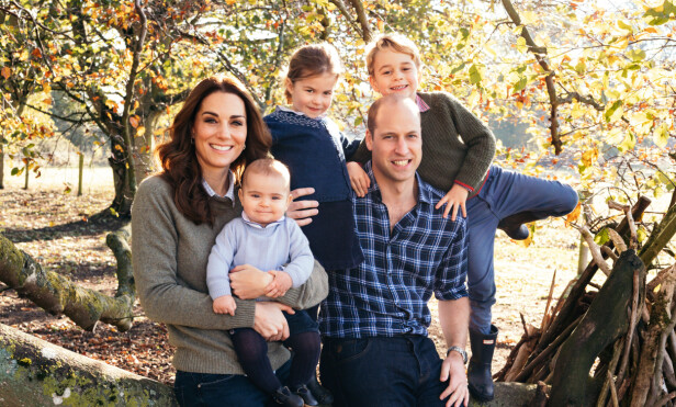 HVERDAGSLIG: Årets julebilde av hertugparet er litt annerledes enn de kongelige portrettene man er vant med å se av familien. Foto: Matt Porteous/ Pa Photos/ NTB scanpix