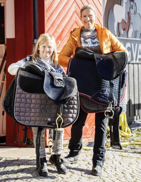 GREPA JENTER: Anna og mamma Helene elsker å være ute og hos hestene. 10-åringen er såpass selvdrevet at noe hjelp fra moren er ikke så interessant for henne. Anna skal klare alt selv, hun har en ekstrem drivkraft. Foto: Morten Eik / Se og Hør