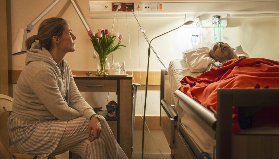 MEDMENNESKET: På Hospice Lovisenberg satt Helene og våket over beboeren Dag. - Det var rart å være et sted der alle visste at nedtellingen til døden har startet, reflekterer Helene. Foto: NRK