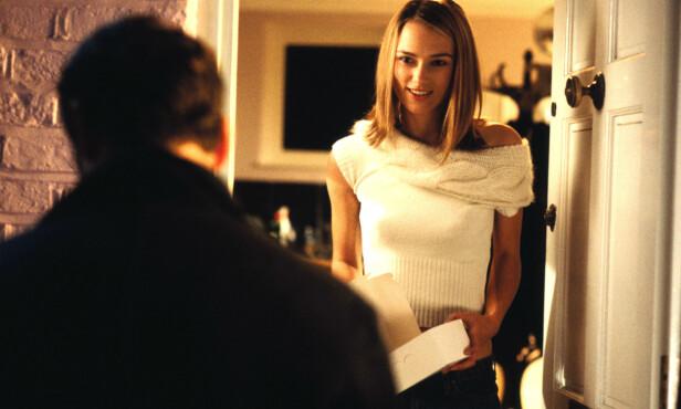 ROMANTISK: Scenen der Mark kommer på døren til Juliet er ikonisk. Foto: All over press / Universal