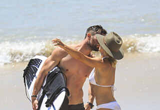 Klinte til på stranden med kona