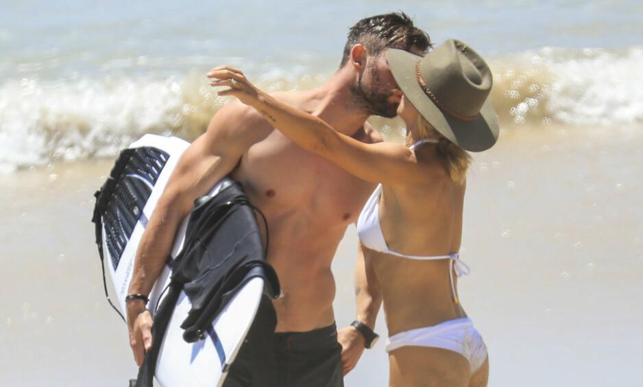 <strong>KVALITETSTID:</strong> Chris Hemsworth (35) og kona Elsa Pataky (42) klarte ikke å holde fingrene unna hverandre da de ble observert på stranden i Byron Bay. Foto: NTB Scanpix