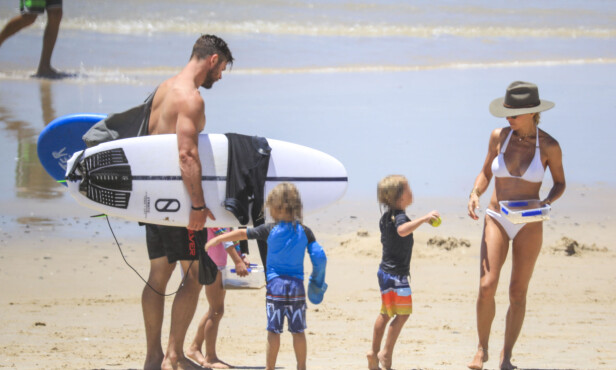 <strong>FAMILIEIDYLL:</strong> Chris Hemsworth og kona Elsa tok seg en velfortjent fridag sammen med de tre barna sine. Foto: NTB Scanpix